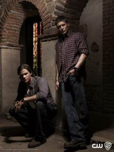 Jared kneels so Jensen looks like a big boy;)